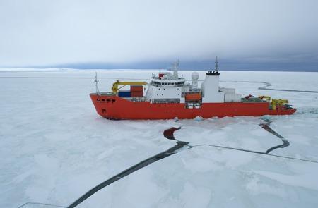 南極海で砕氷船 写真素材