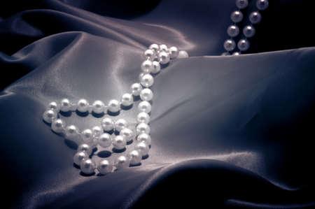 raso: Perle collana a forma di cuore su ha raso Archivio Fotografico