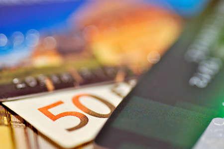 number 50: Cerca de un n�mero 50 en el billete de Euro cincuenta entre dos tarjetas de cr�dito