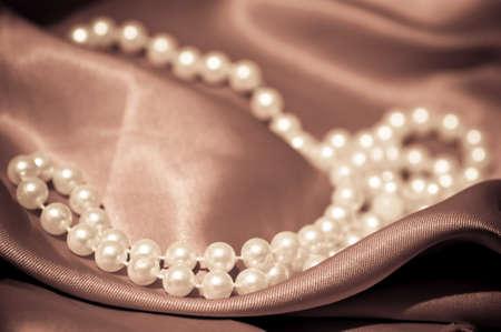 perlas: Collar de perlas en el sat�n ondulado Foto de archivo