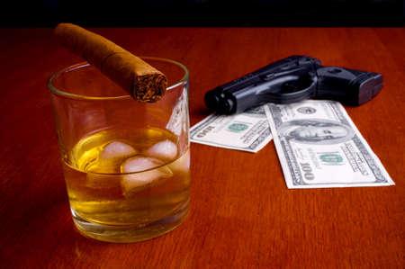 launder: Cigarro en el whisky y las facturas de doscientos d�lares en la pistola