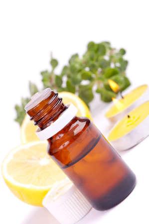 létfontosságú: Lemon illóolaj, friss citrom és gyertyák, elszigetelt fehér Stock fotó