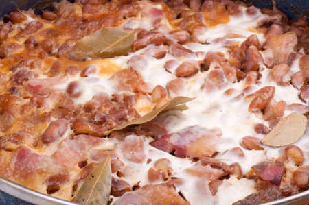 bacon baked beans: Baked beans with bacon and sour cream