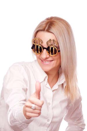signo pesos: Hermosa morena con gafas de sol signo de d�lar, que muestran los pulgares para arriba Foto de archivo