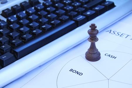 anleihe: Schach-König symbolisiert Bedeutung von Bargeld in der Asset Allocation Lizenzfreie Bilder