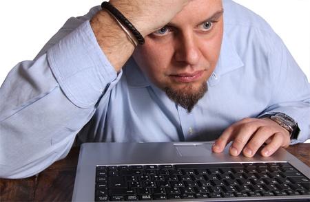 hombre preocupado: Hombre preocupado por delante de la computadora aislados