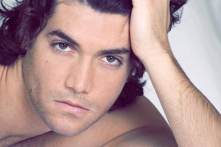 gaze: Echt knap en sexy jonge man blik. Soft desaturated portret.