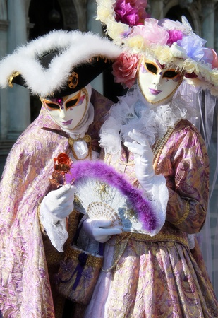 Mooie edele paar in elegante zijden jurk en gemaskeerd. Venetië Carnaval 2012. Stockfoto