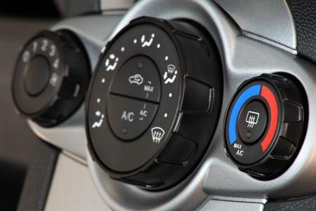 車温度空調パネルと青赤のつまみ。最初の調節ホイールに焦点を当てる
