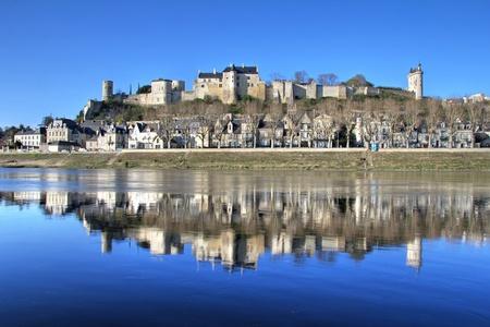 Reflectie van middeleeuwse stadje Chinon met ommuurde kasteel bergop. Loire-vallei, Frankrijk