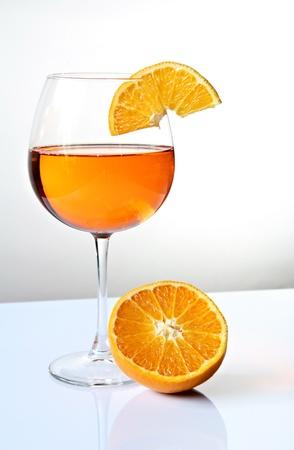 食前酒とオレンジ色の組成をさっと振りかけます。表面反射 写真素材