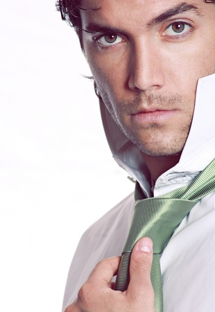 Knappe man draagt is stijlvol groene das Studio shot