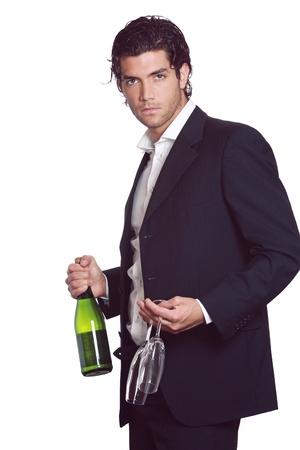 Elegante knappe man met fles wijn en twee glazen in de hand. Viering concept. Geà ¯ soleerd op wit