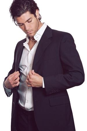 魅力的な若い男は、彼のエレガントなドレスを着ています。ビジネスとファッションのコンセプトです。