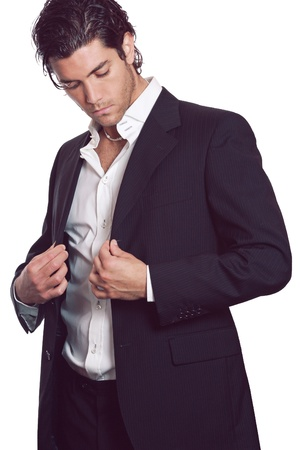 Aantrekkelijke jonge man draagt zijn elegante jurk. Zakelijke en mode concept.