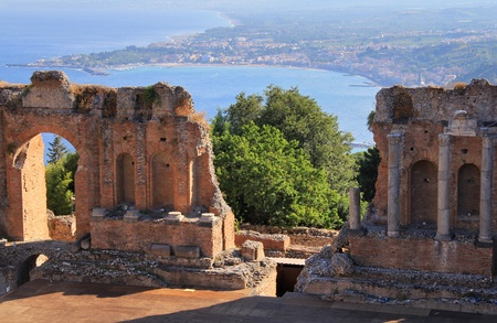 シチリア島、イタリア海岸古代タオルミーナ劇場とナクソス庭園