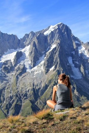 courmayeur: Caminante mujer descansando delante de Gran Jorasses y el Mont Blanc panorama Ferret Valle, Courmayeur, Italia