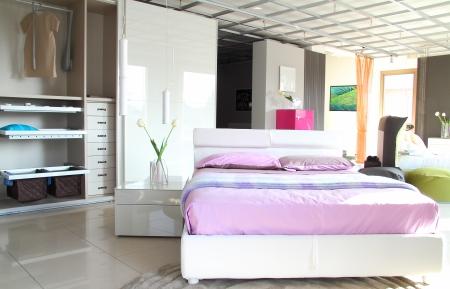 Modernes schlafzimmer lila  Moderne Schlafzimmer. Lila Und Weißen Bett Mit Offenen Schrank ...