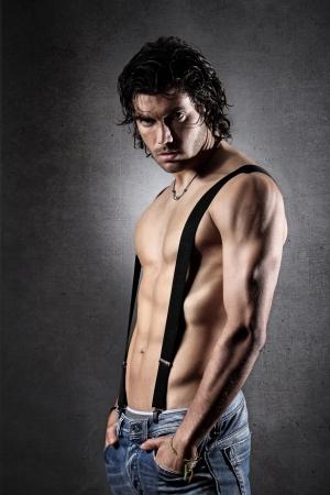 hombres sin camisa: Hombre atractivo con tirantes negros sobre el pecho