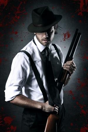 Portret van een gangster met gedroogd bloed en shotgun. Donkere painty blik
