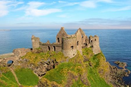 Beroemde Ierse kasteel van Dunluce regeert de kust. Noord-Ierland
