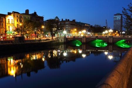 Liffey rivier lichten in de schemering, Dublin Ierland Stockfoto