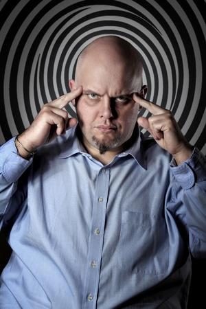 Man met hypnotiserende blik en diep geconcentreerd expressie. Mind control begrip Stockfoto