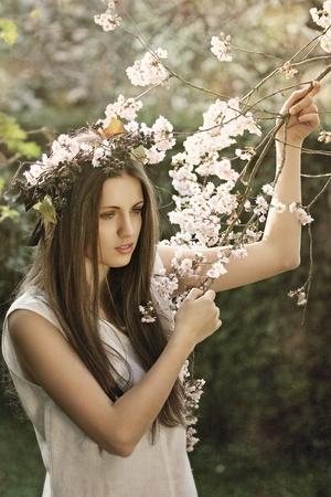 fine art portrait: Arte ritratto di una bella ragazza tra i fiori di ciliegio. La primavera e concetto di romanticismo Archivio Fotografico