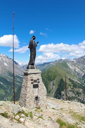 courmayeur: Tiro vertical de la Virgen Mar�a estatua Paisaje de monta�a de Courmayeur, en el fondo