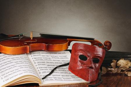 partition musique: Masque vénitien avec de vieux carnaval de composition de violon et le concept de théâtre