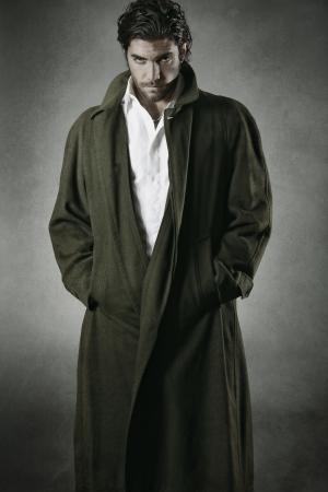 灰色の背景に対して男性吸血鬼の肖像
