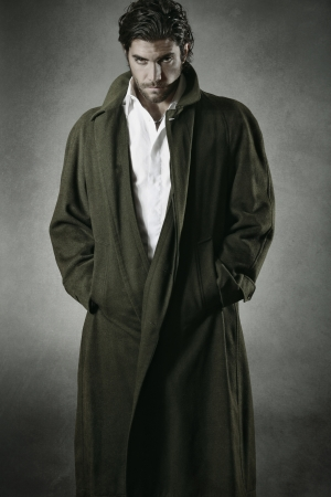 Mannelijke vampier portret tegen grijze achtergrond