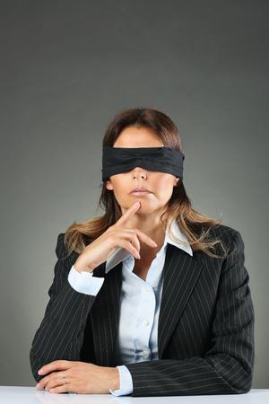 ojos vendados: Empresaria atractiva con los ojos vendados. La indecisión y la incertidumbre conceptual