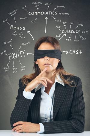 ojos vendados: Empresaria con los ojos vendados de decidir la asignación de activos. Indecisión Financiera conceptual
