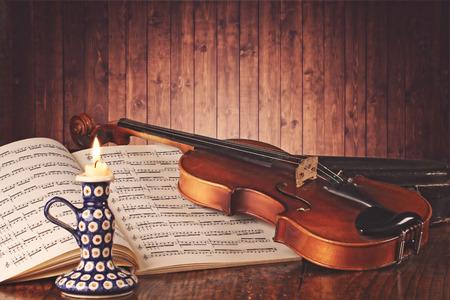 partition musique: Ancien violon et la musique score dans la lumière de bougie chaude. Traversez couleurs transformés