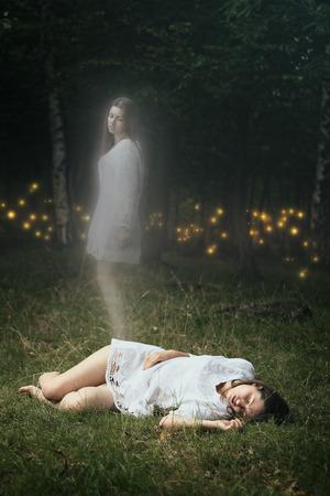 Anima di una ragazza morta sta lasciando il suo corpo. Spiriti della foresta sono in attesa