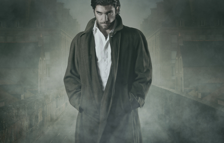 吸血鬼は、城壁都市の霧の中で待っています。ハロウィーンと恐怖の概念 写真素材