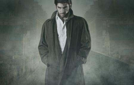 Vampire wacht in de mist van een ommuurde stad. Halloween en horror-concept