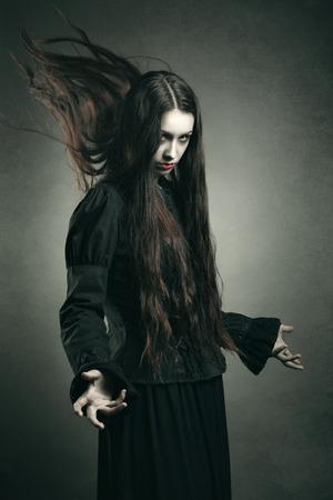 Donkere heks bellen zwarte bevoegdheden. Halloween en horror studio-opname Stockfoto