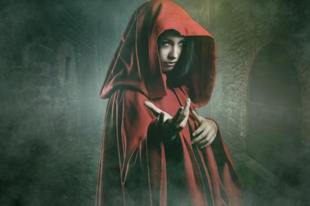 Dark mooie vrouw in een mysterieuze steen dorp. Fantasie en halloween-concept