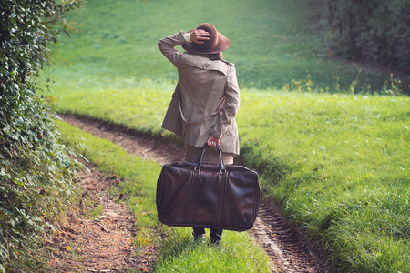 maleta: Mujer elegante perdido en un camino rural. Al aire libre conceptual Foto de archivo