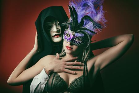 マスクとファッションのカップルの肖像画。ヴェネツィアのカーニバルとパーティー 写真素材