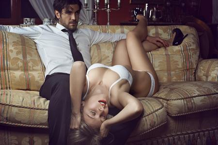 esposas: Hermosa mujer en ropa interior con el hombre elegante. Amor y concepto de moda