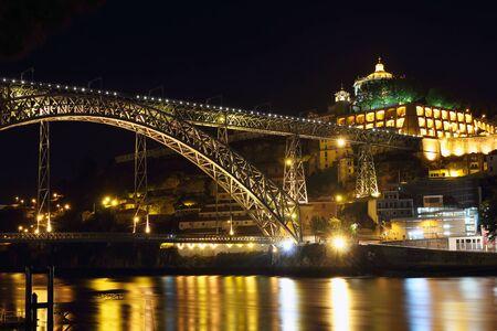 dom: Pont Dom Luiz la nuit dans la ville de Porto. Le Portugal