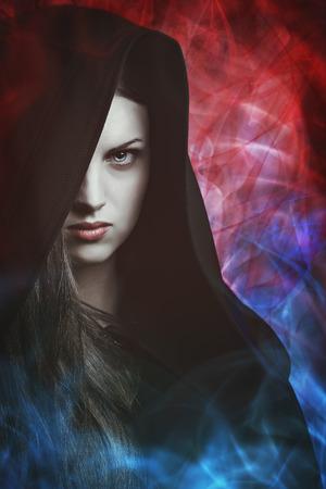 bruja: Retrato de una mujer hermosa con las luces mágicas. Fantasía concepto Foto de archivo