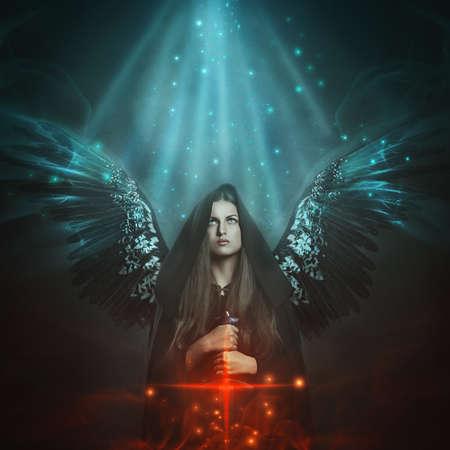 Gevallen engel met zwarte vleugels. Fantasie en mythologie