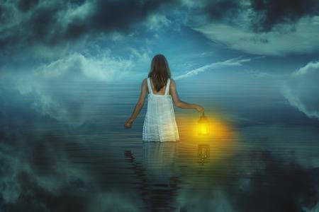 Vrouw in vreemd en surrealistisch wateren. Weird en fantasy Stockfoto