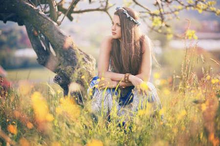 mujer hippie: Mujer hermosa del hippie con flores de verano. La paz y la armonía Foto de archivo