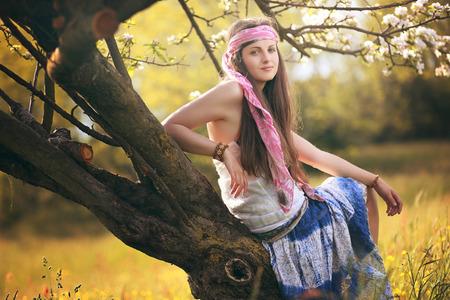 mujer hippie: Joven y bella mujer posando hippie. Retrato de la luz del verano