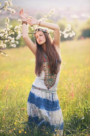 mujer hippie: Hermosa mujer hippie bailando en un campo de verano. La libertad y la armon�a